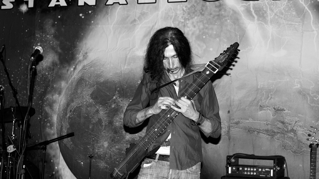 Gianni De Chellis plays his stick bass at the Stanazzock 2011