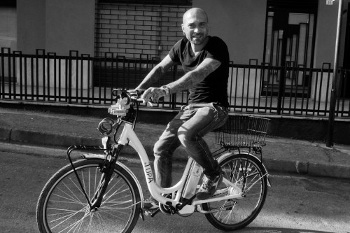 MARCO BIONDI TRIES A PUBLIC BICYCLE ON THE LONGEST DAY OF THE YEAR